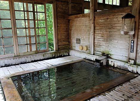 山奥の秘境巨大宿の混浴源泉かけ流し「ランプの宿 青荷温泉」(青森黒石)