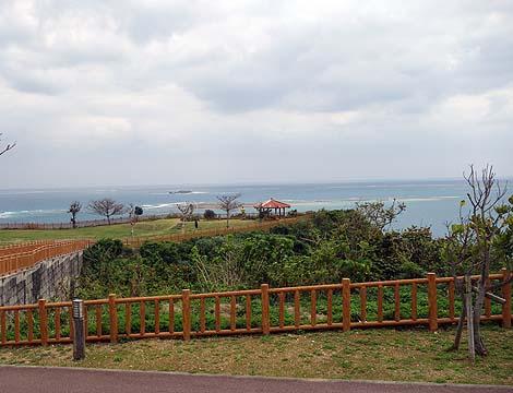 天気がよければ最高の沖縄岬景色でしょうけど・・・「知念岬公園」(沖縄南城)