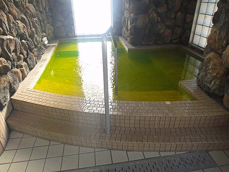 海水を湧かしている海の展望がいい日帰り入浴施設「塩風呂 はま湯」(愛媛西予)