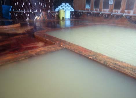 鉄の匂いプンプンで白土色の源泉をドバドバ投入!「百沢温泉」(青森弘前)