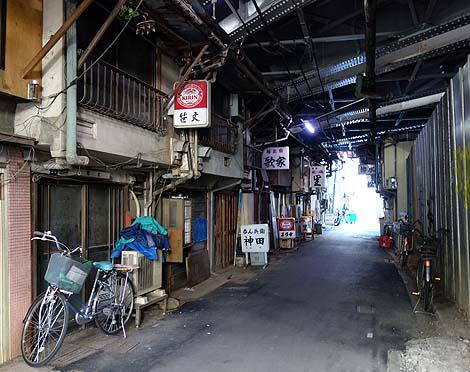 昭和レトロの雰囲気をそのまま残したガード下「今川小路」(東京神田)