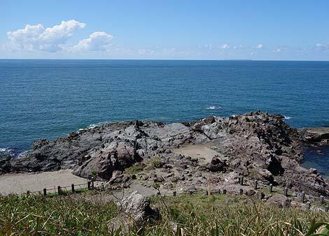 磨崖仏がずらりと並ぶ日本海ではここだけの珍しい岩礁「十六羅漢岩」(山形県飽海郡遊佐)