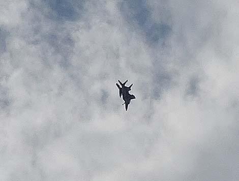 「道の駅かでな」の展望テラスからは嘉手納基地を発進するアメリカ軍用機が間近に!!(沖縄嘉手納町)