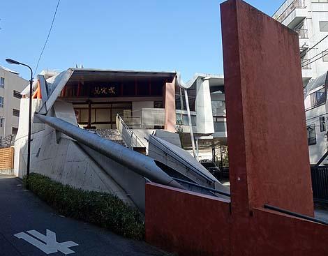 お寺やとは思えないモダンデザイン近代建築「観音寺」(東京早稲田)