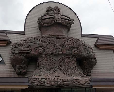 でっかい遮光器土偶がモニュメントになっている珍駅舎!「木造駅」(青森つがる市)