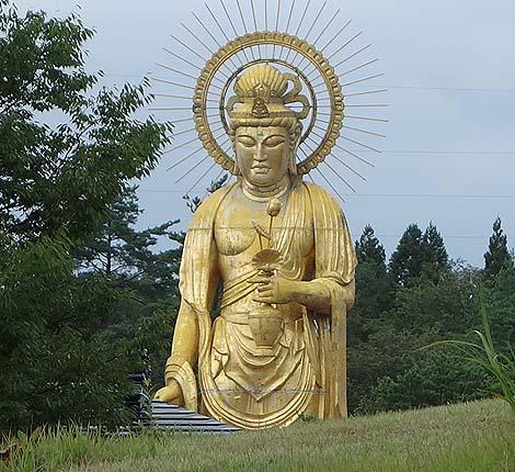 鋳造製では日本一の高さの黄金に輝く巨大像「田沢湖金色大観音」(秋田仙北市)