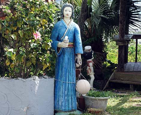 古武術の道場の庭は非常に細部にまでこだわったカオスな手作りでした「舞手道場湧泉館」(沖縄南城)