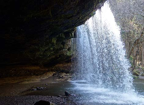 滝の裏側から滝を眺めることができる珍しい綺麗な滝です「鍋ヶ滝」(熊本阿蘇郡小国町)