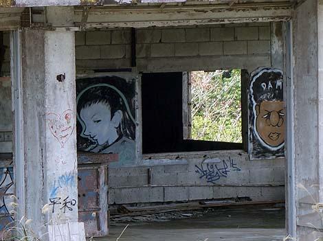 世界遺産に隣接する建設途中で放棄されたリゾートホテル廃墟「中城高原ホテル」(沖縄中頭郡北中城村)
