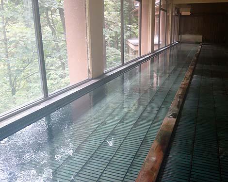 オリンピック風呂と呼ばれる長いお風呂が有名なかけ流し温泉「白布温泉 中屋別館不動閣」(山形米沢)