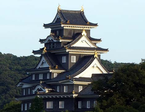 見事に4重6階の天守閣が外観復元されております「岡山城」(岡山市)
