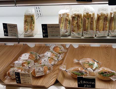 ラグルッピ・エアー[RAGGRUPPI AIR](福岡空港)レンタカーを借りる合間にパン屋でBLTサンドをいただく