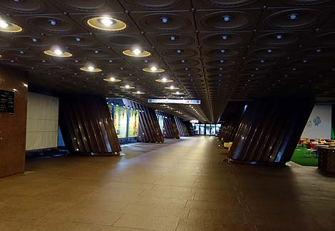 見た目によっては逆ピラミッド?こういう巨大建築はあっち系の施設ですよね「霊友会釈迦殿」(東京麻布台)