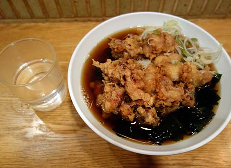 六文そば 日暮里第1号店(東京)でっかいゲソの入ったジャンボ下足天が有名な立ち食い系そば