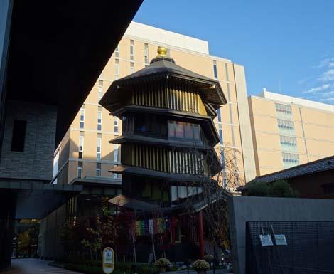 このねじれに捻れた建物は福島会津若松でも見ましたね「すがも鴨台観音堂[鴨台さざえ堂]」(東京西巣鴨大正大学構内)珍建築