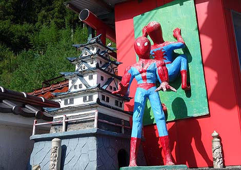 国道沿いに突如現れる壁によじ登るスパイダーマン?「下里セメント工業・下里工芸」(福島県田村市)