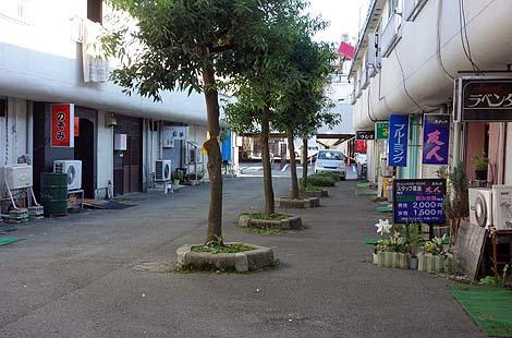 妖しいネオンが光る山形の風俗歓楽街「天童温泉」(山形県天童市)
