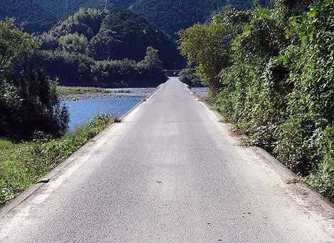 清流四万十川が増流するとなくなってしまう橋「佐田の沈下橋」(高知四万十市)