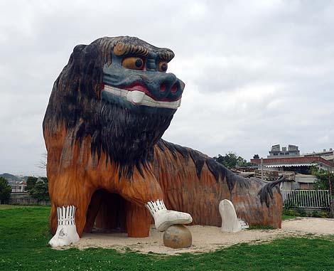 こんなでかい獅子舞のすべり台は子供も泣き出す?「友寄馬場公園」(沖縄島尻郡八重瀬町)公園遊具