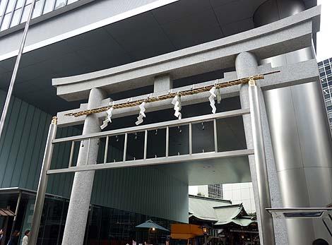 現代オフィスビルと神社との不思議なコラボレーション「虎ノ門琴平タワー」(東京虎ノ門)珍建築