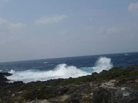 ここまですごい波しぶきを浴びることができる岬は体験したことがない「残波岬灯台」(沖縄中頭郡読谷村)