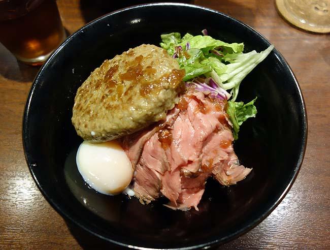ゴーゴーイレブン(北海道札幌西11丁目)肉バルでいただくローストビーフとハンバーグのW丼