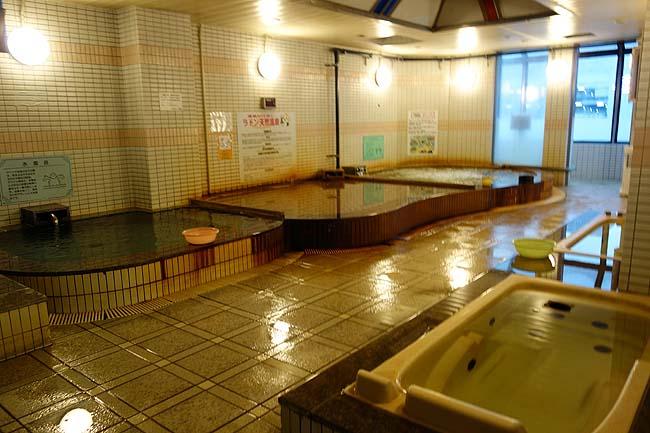 市街地にあるカプセルホテルでは全国ナンバー1に素晴らしいかけ流し温泉施設かも?「ゴールデンタイム高松」(香川)