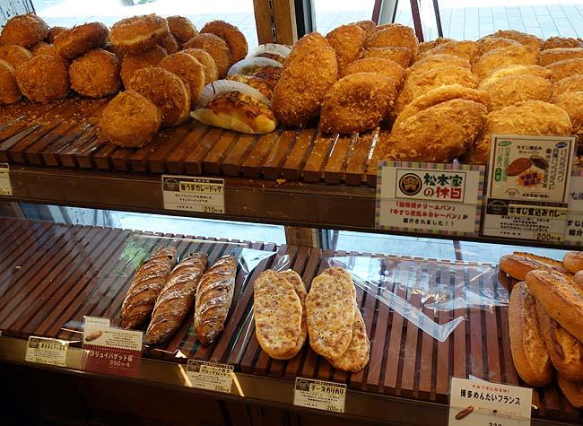 イスズベーカリー 本店 (神戸三宮)神戸に戻って来るとここのカレーパンは必ず食べたくなります