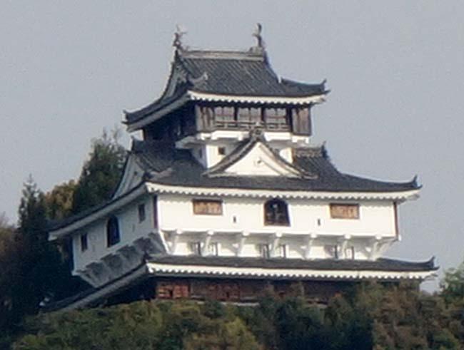 錦帯橋からもその姿を眺めることできる山城「岩国城」(広島)復興天守