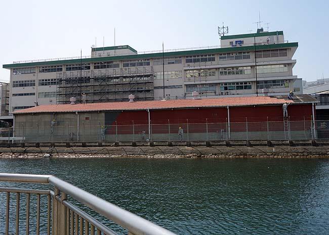えらい早朝から作業してるなって思ったらマネキンやった・・・「川崎重工・倉庫」(神戸ハーバーランドからの眺め)