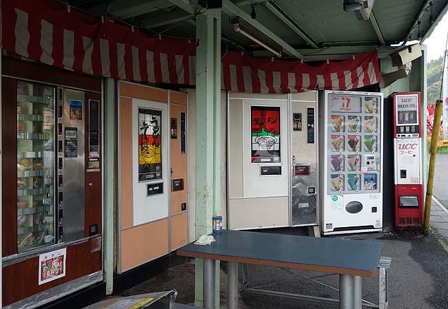 2台の富士電機めん類自販機が現役稼働しております「欽明館」(山口岩国)懐かしの自販機コーナー
