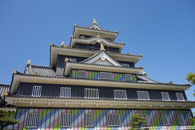金烏城[きんうじょう]と呼ばれる黒塗りと金縁のコントラストが素晴らしい天守閣(岡山市)外観復元城