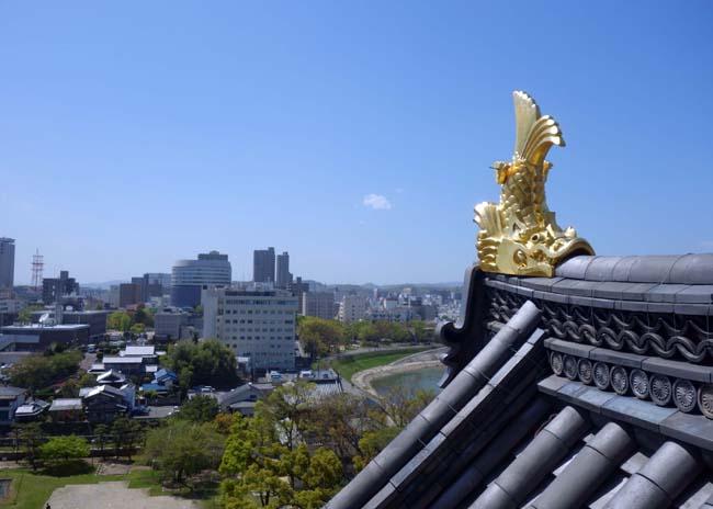 金烏城[きんうじょう]と呼ばれる漆黒と金鯱のコントラストが素晴らしい天守閣(岡山市)外観復元城