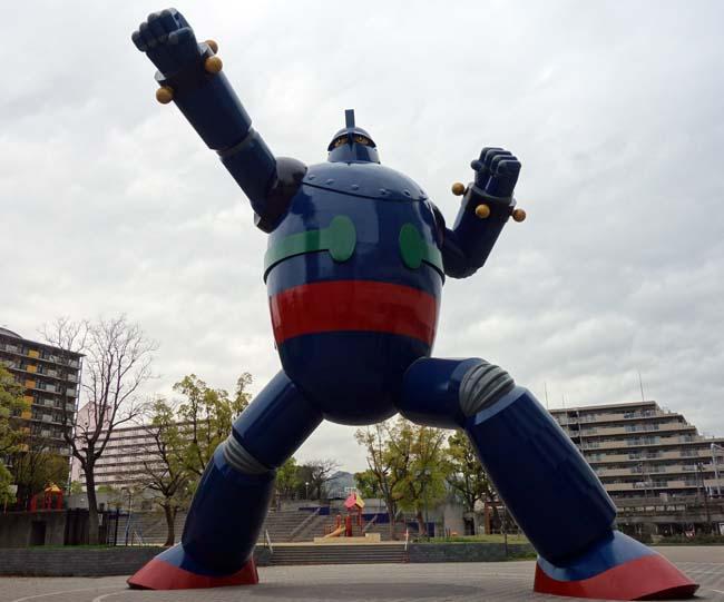 神戸では全国的にメジャーな巨大像になりましたよね♪全高15.3m「鉄人28号モニュメント」(神戸長田区)