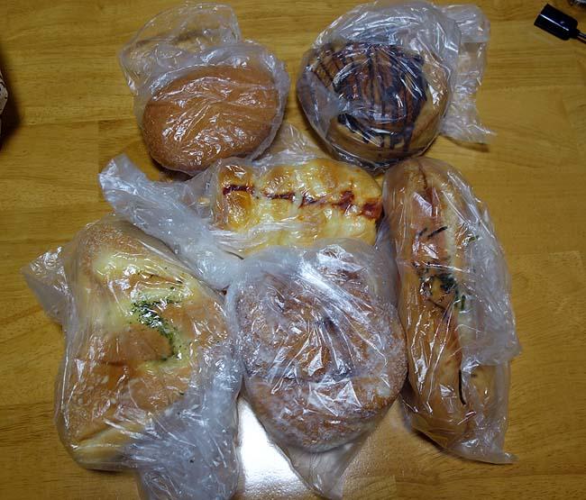 焼き立て100円パン工房 ドン・キホーテ旭川店(北海道)ちょうど夕方の半額タイムになってたんで大量購入