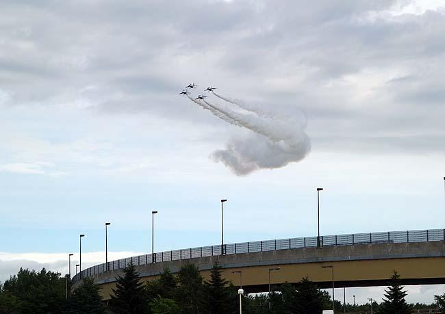 初めて実際に見る「ブルーインパルス」のアクロバット飛行に魅入られる・・・よく天候回復したな