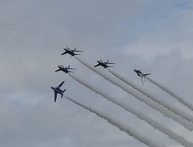 どんよりと分厚い雲で覆われる千歳の空・・・演目できる航空機もなく寂しい状態の「航空祭」