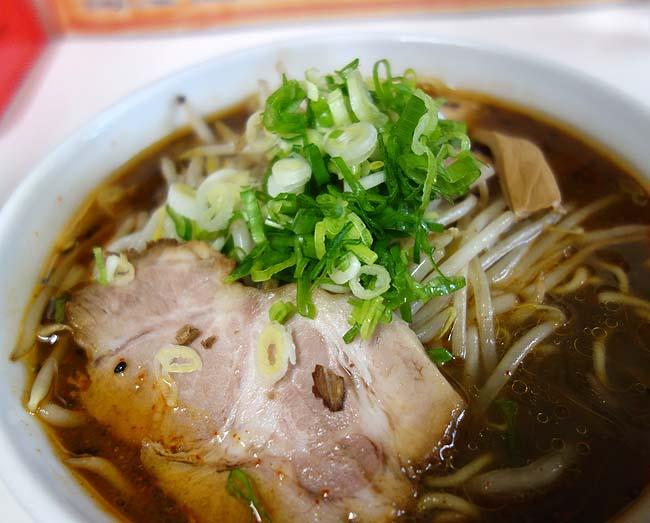 味の番番(北海道旭川)老舗ローカルラーメン屋でいただく味わい深い「黒味噌」と「醤油」らーめん