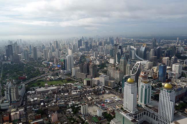 朝のバンコク市街地を一望するために最上階の周る屋外展望台へ♪そしてチェックアウト