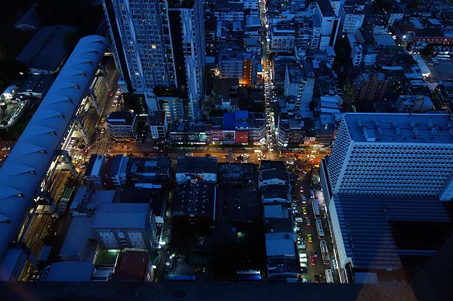 地上300mから屋外から見る眺めはバンコクへ来たなら是非!そして49階から見下ろして呑む酒も最高だ