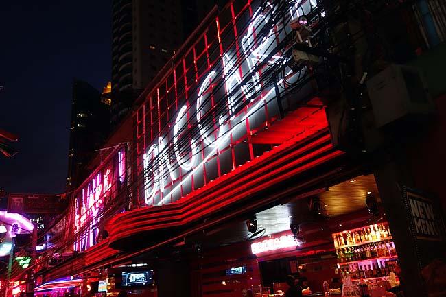 夜の歓楽街「ソイカウボーイ」へ・・・そしてターミナル21のフードコートはとてつもない!