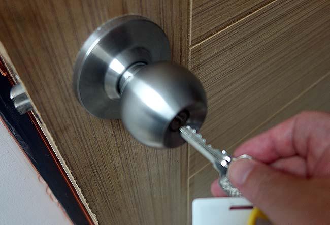 ホテルの部屋の鍵が壊れ鍵穴から抜けない!!英語しゃべれんのにどうフロントに伝える?