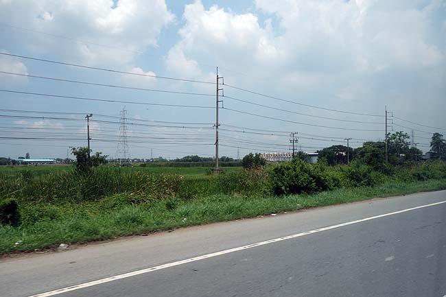 37度・・・暑いよ・・・帰りは恐怖の乗り合いミニバス(ロットゥー)でバンコクへ