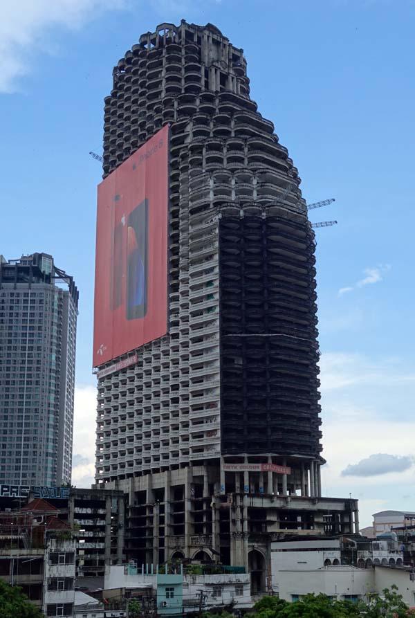 もうバンコクもMRTとBTSで縦横無尽に行き来できるわ!世界的に有名な巨大廃墟ビル「サトーンユニークタワー」