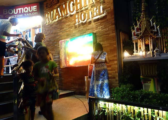 これがバンコクの出会い喫茶?「テーメーカフェ」日本じゃないこの雰囲気にびっくりだ