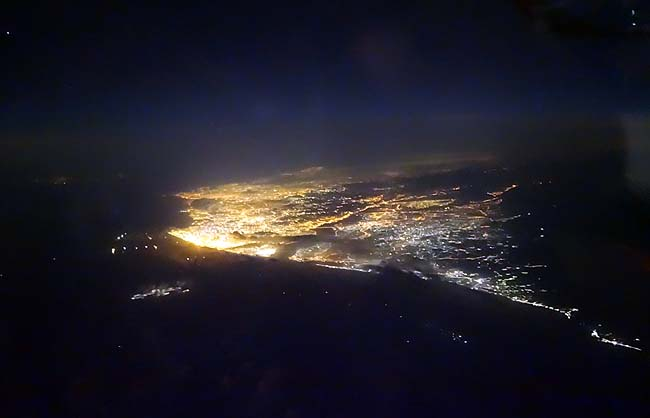 タイ・ドンムアン空港から日本・新千歳空港へのエアアジア直行便に乗り込む♪あれが香港の灯だ!