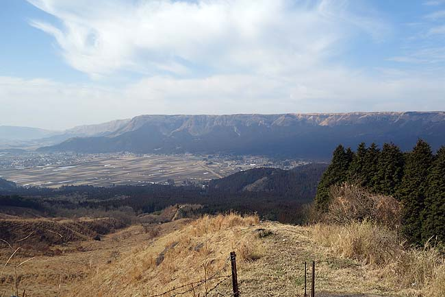 この火山規模は全国でも最大の見どころあるスポットやと思います♪阿蘇山周遊食べ歩き