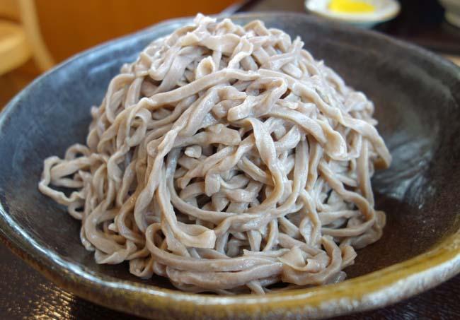 笑場庵(北海道旭川)普通盛りでもこりゃ大盛りやん。。。まるでうどん麺のような太く縮れた田舎蕎麦