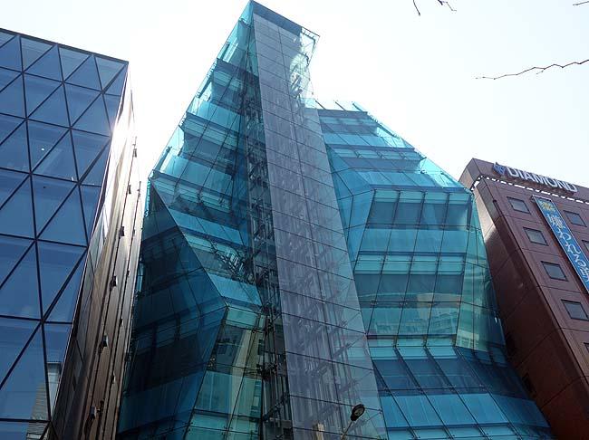 The Iceberg[ジ・アイスバーグ](東京渋谷神宮前)まるで氷山がビル群の一角に現れたかのような珍建築