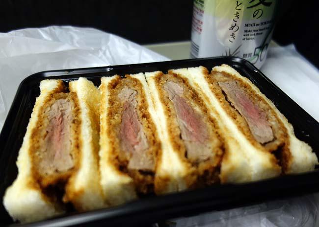 上方味百景(大阪)新世界グリル凡「ビーフヘレカツサンド」を夜間急行「ムーンライトながら」の車中でいただく